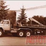 Седельный автопоезд для транспортировки буровых стволов, состоящий из тягача ЗИЛ-131 В и полуприцепа с установленным на нем гидравлическим кранам 4930. 1970 год. Фото автора